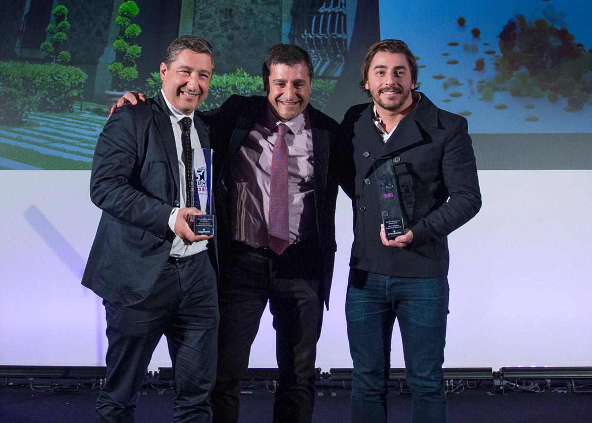 Los hermanos Roca recogiendo el premio que reconoce a El Celler de Can Roca como el número uno de los Best 50.