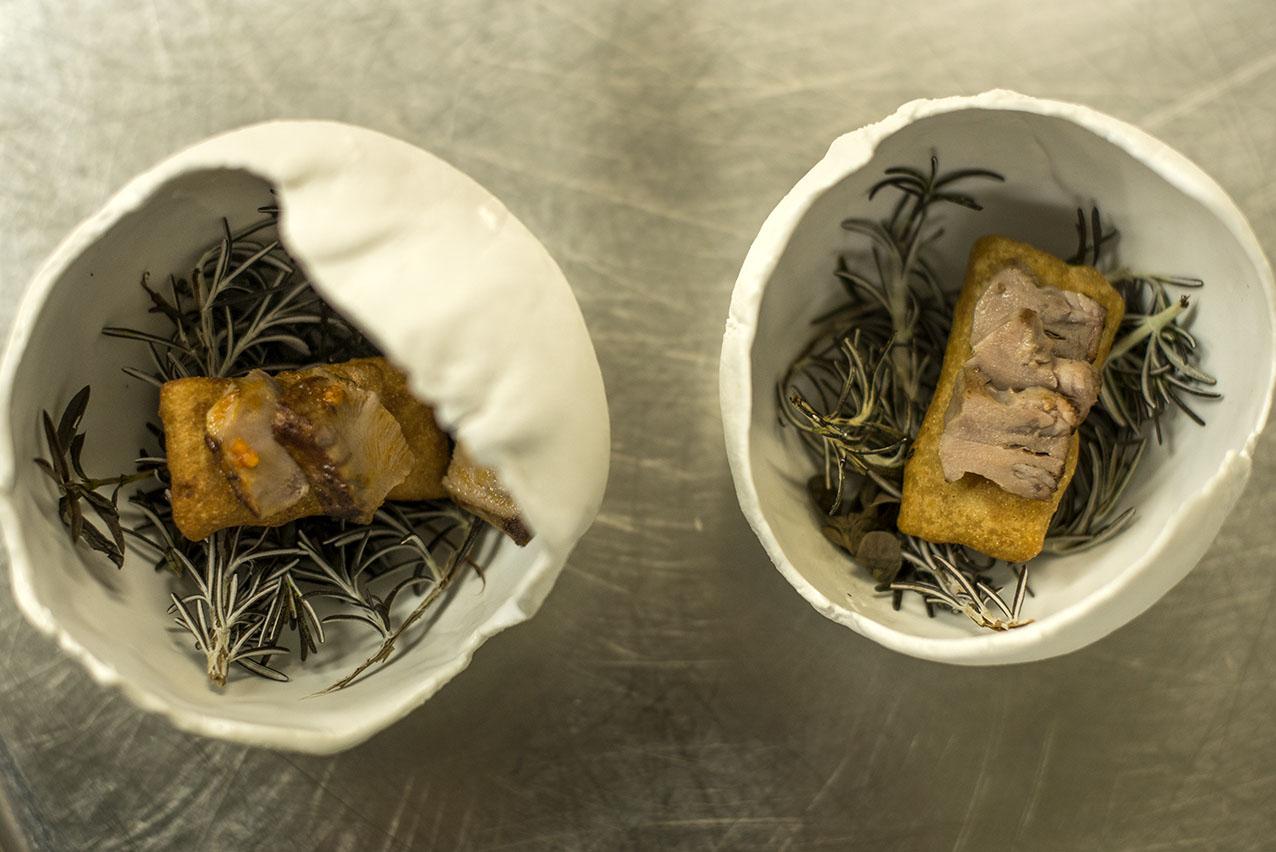 Un aperitivo con 'enigma': los tamales rellenos de escalivada y encima la lengua de cordero.