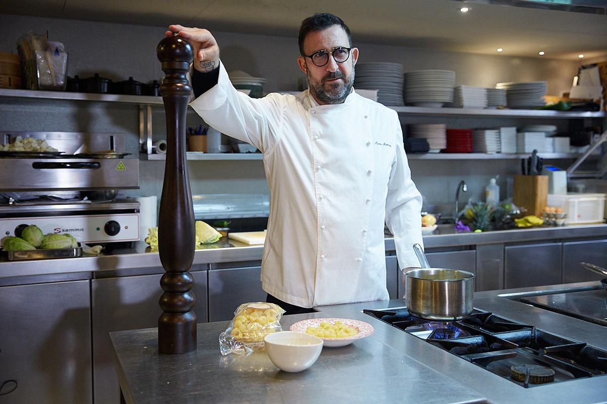 El cocinero Òscar Manresa preparando nuestro menú.