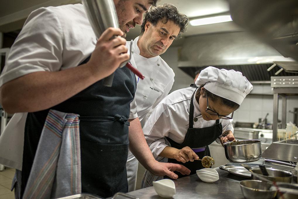 Pepe Rodríguez en plena faena del mediodía en la cocina de 'El Bohío'.