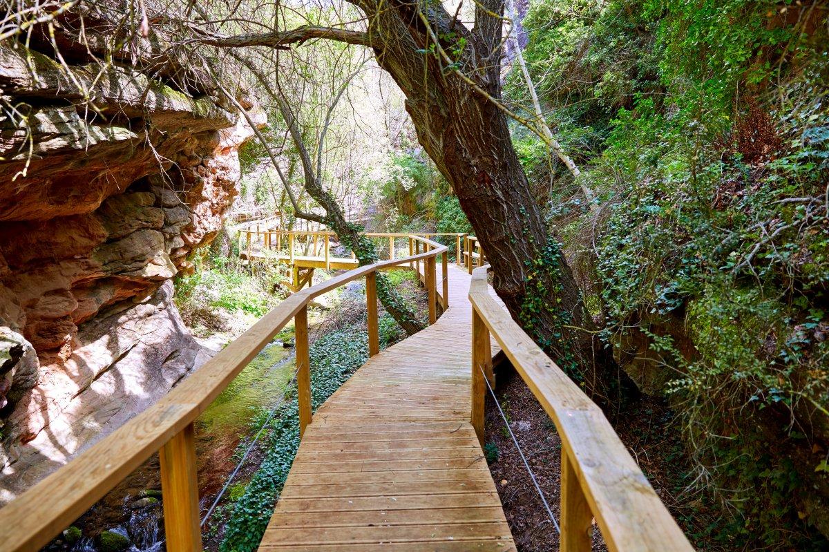 En Villar del Humo, un agradable sendero te lleva a unas cuevas con pinturas rupestres. Foto: Agefotostock.