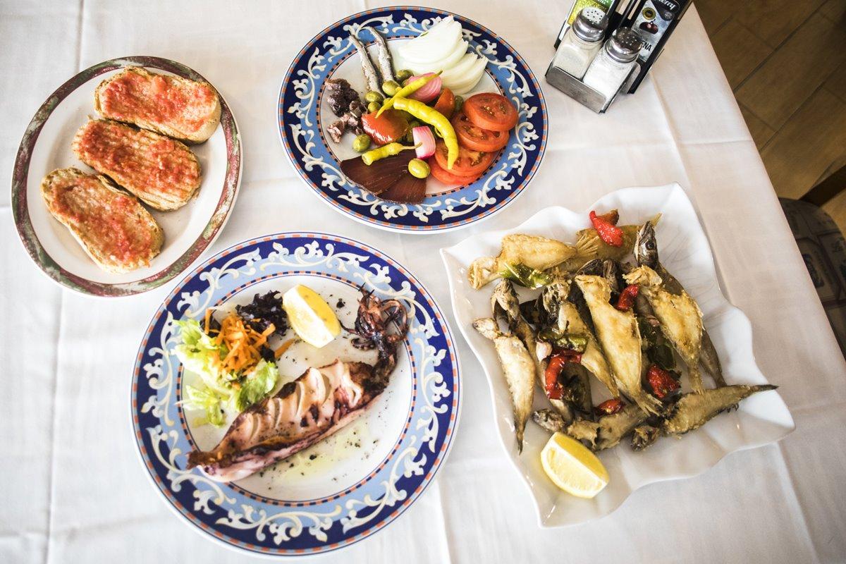 Pescaditos de playa fritos, calamar plancha, ensalada de la casa y pan con tomate en 'El Refugio'.