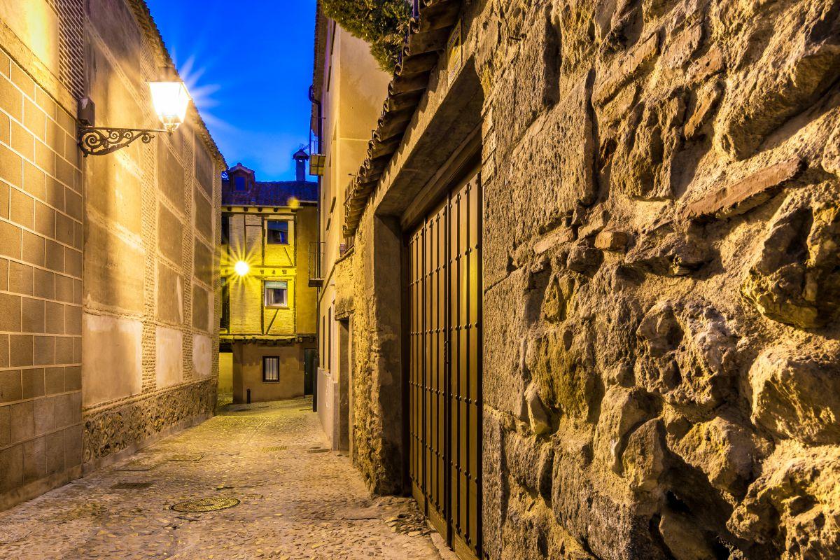 Calles estrellas y empedradas en el barrio judío de Segovia. Foto: Shutterstock.