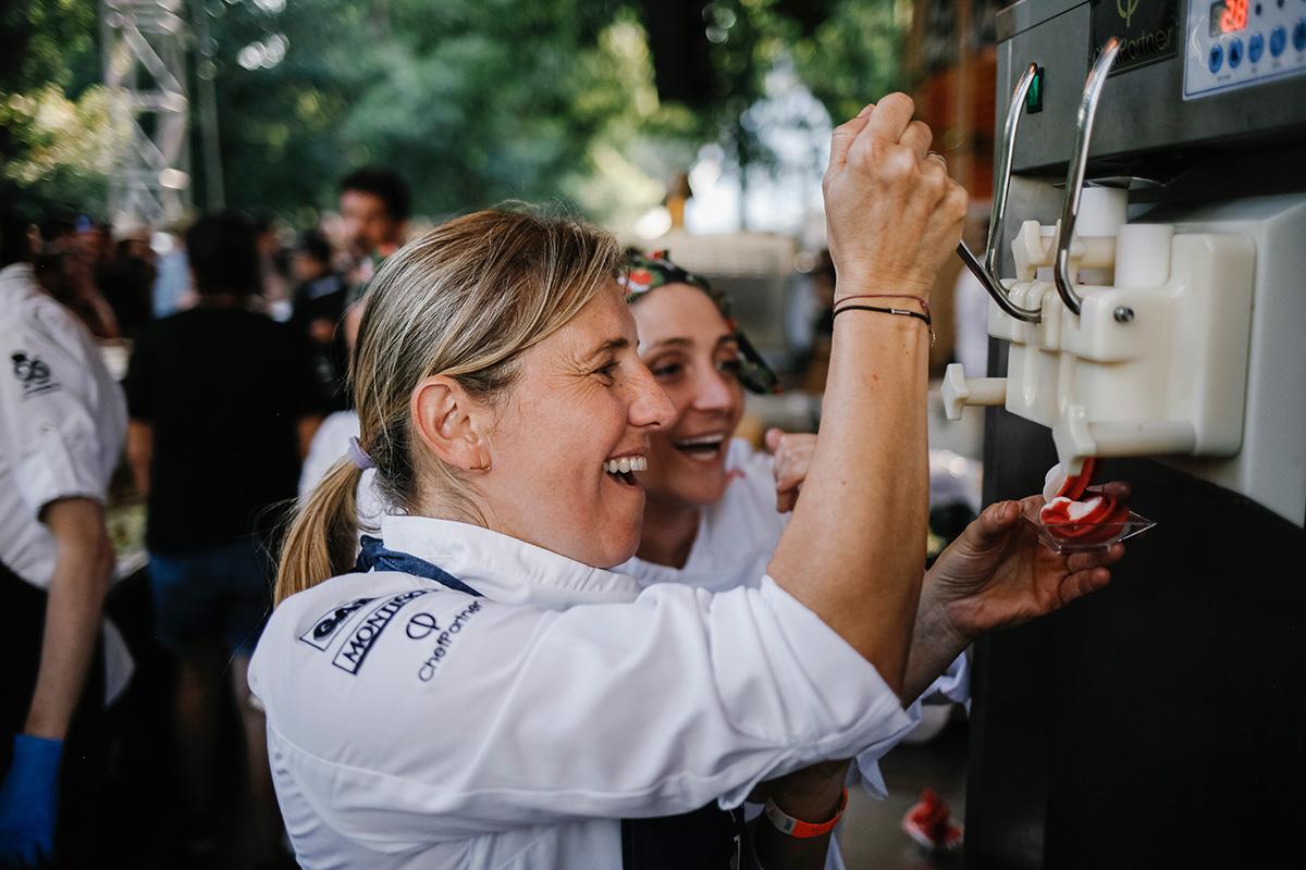 Yolanda León y Lucía Freitas se ríen sirviendo un helado de la segunda.