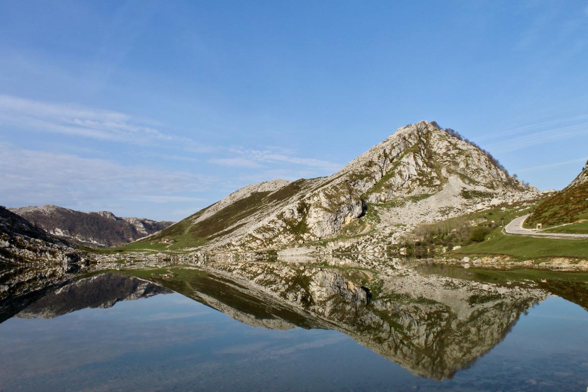 El lago Enol se encuentra a más de 1.000 metros de altitud.