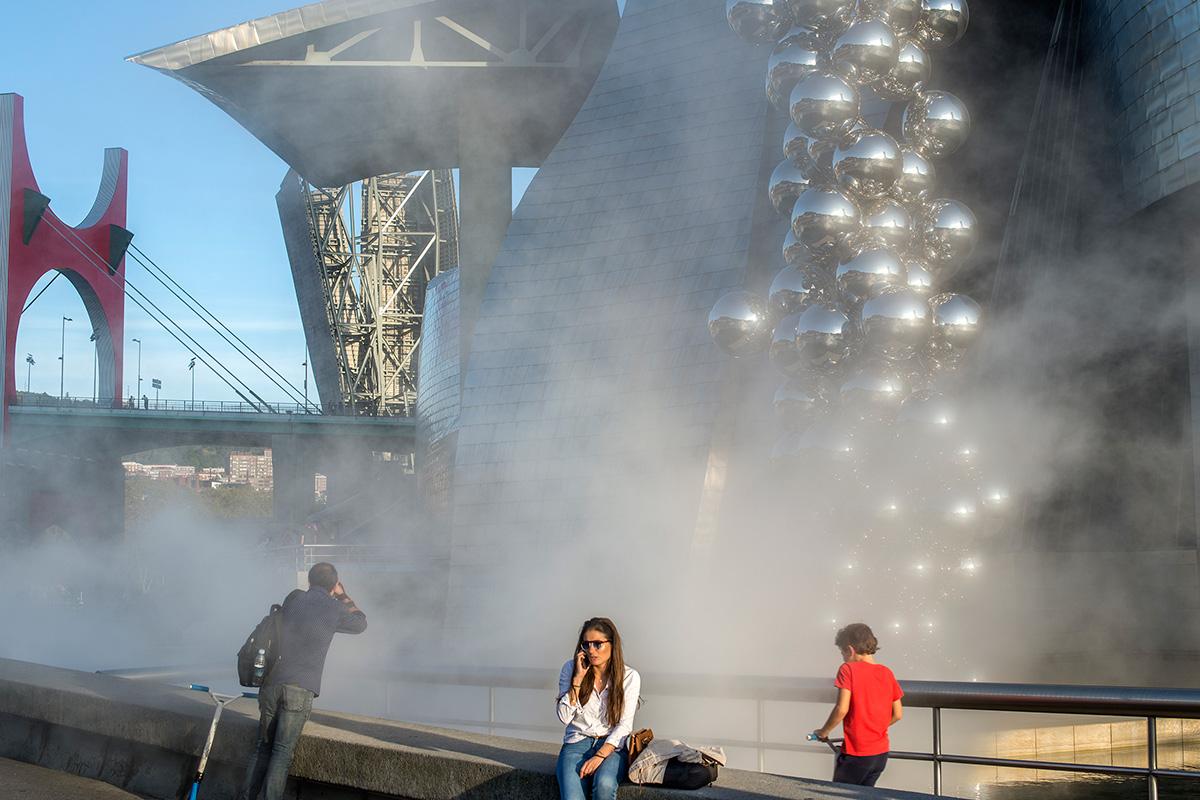 La Escultura de Niebla, de Fukiyo Nakaya, envuelve a los visitantes.