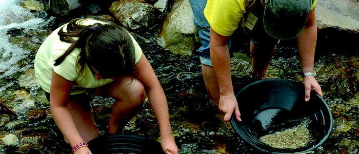 Bateadoras de oro en el río Navelgas.