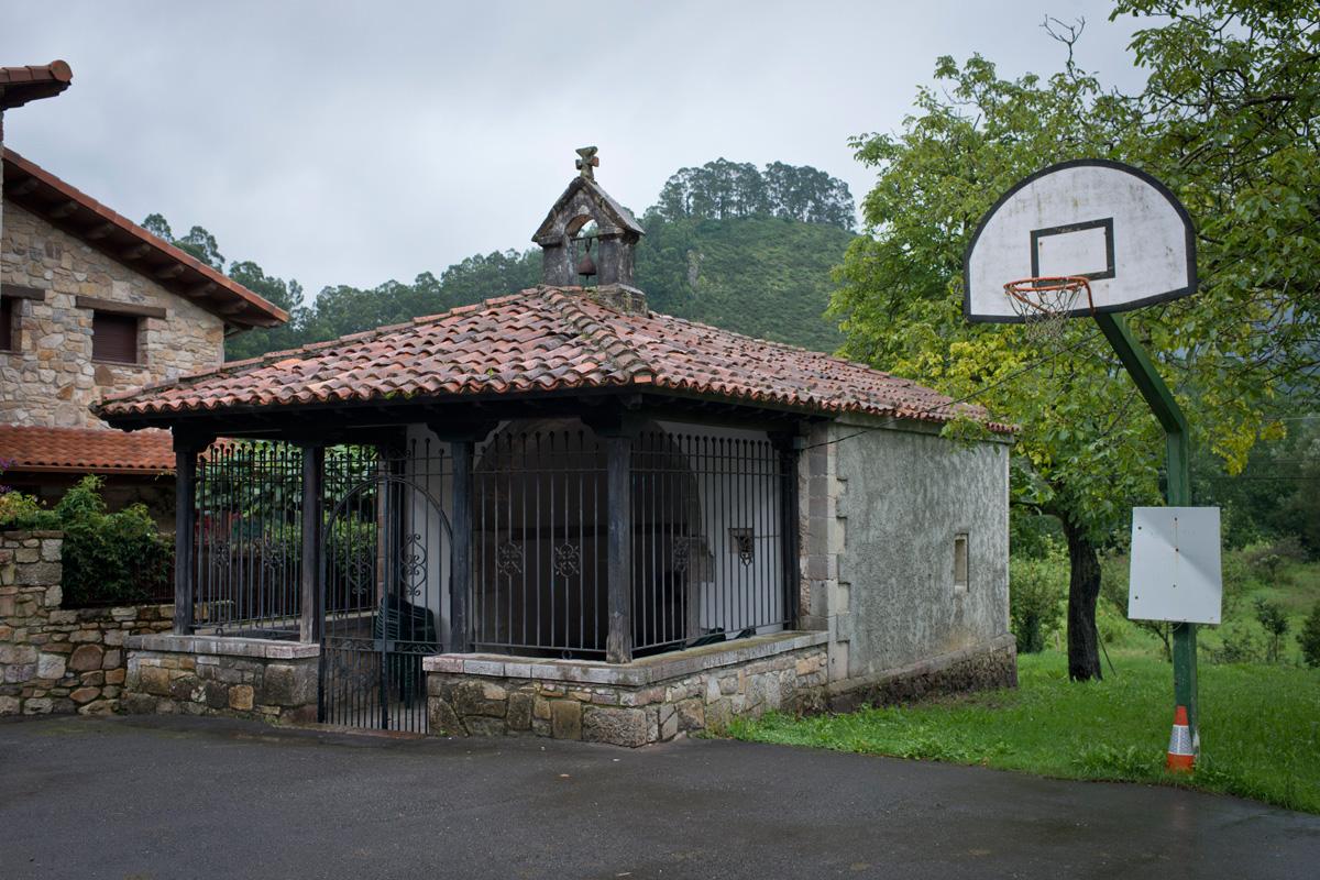 Ermita en el centro de Cueves.