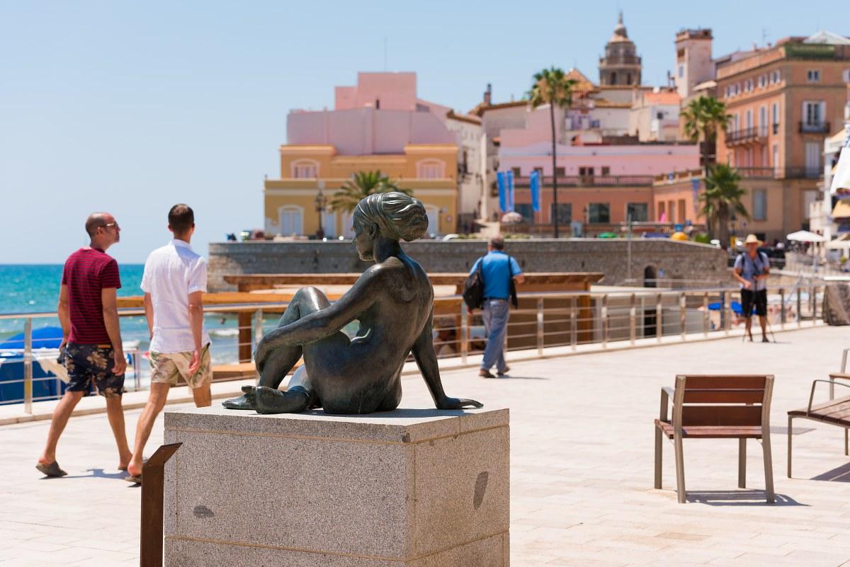 Escultura de Cris en el paseo de Port Alegre, frente a la playa de San Sebastián. Foto: Shutterstock.