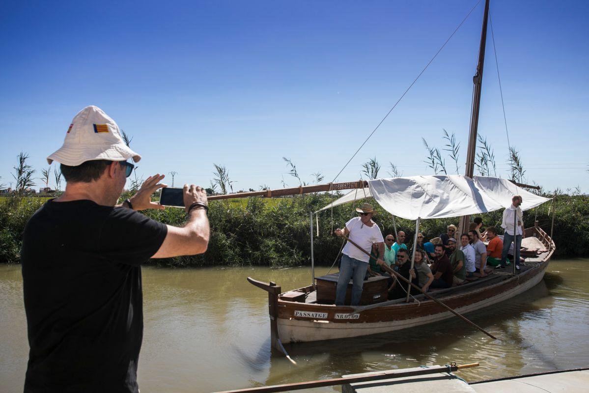 El paseo en barca por L'Albufera no puede faltar.