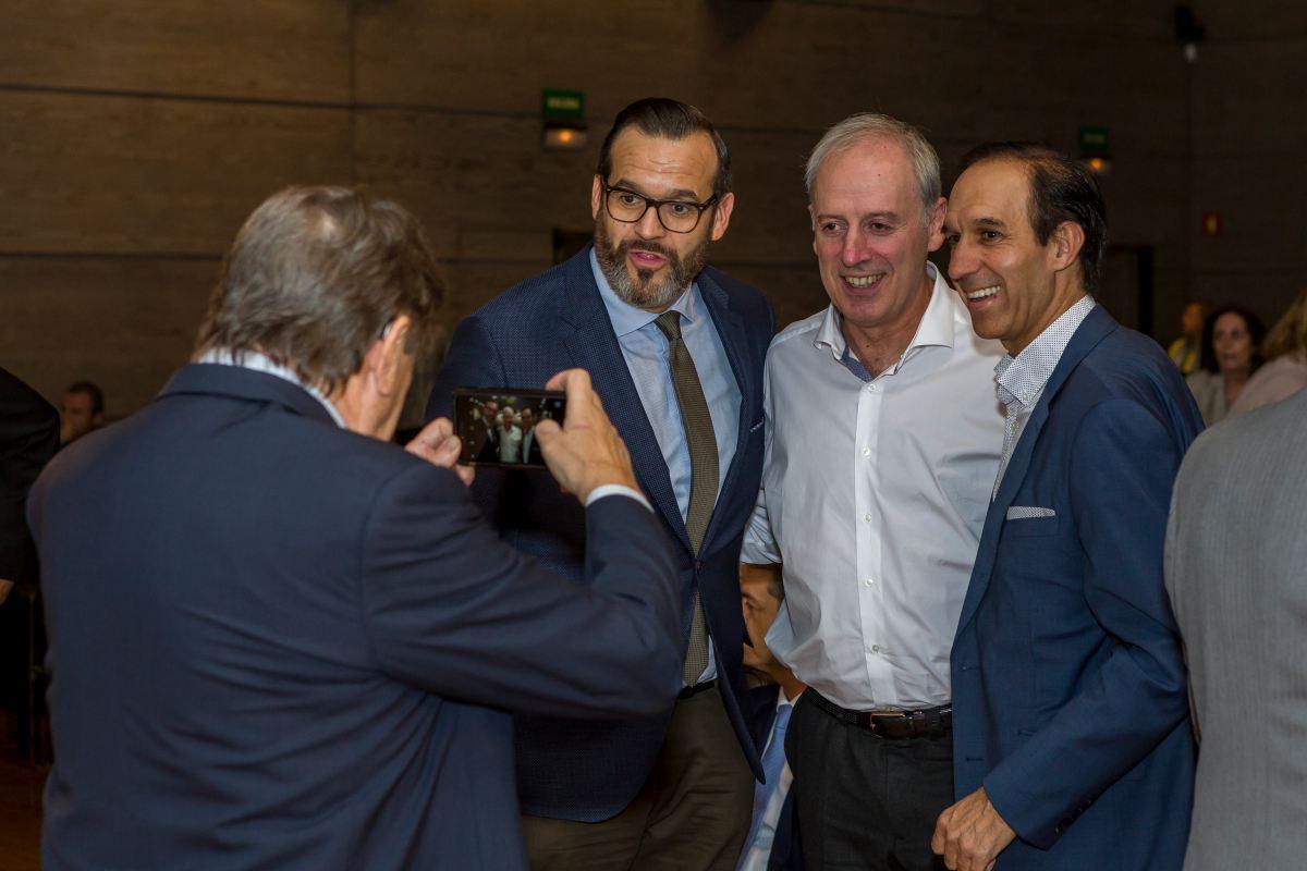 Juan Diego Sandoval junto a Victor Argunzoniz, durante la entrega de premios. Foto: Real Academia de Gastronomía.