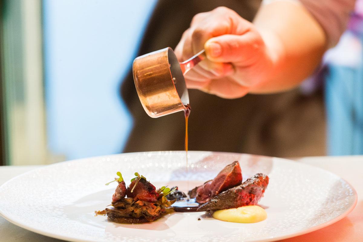 Con una cazuelita de cobre se sirve la salsa que acompaña al pichón.