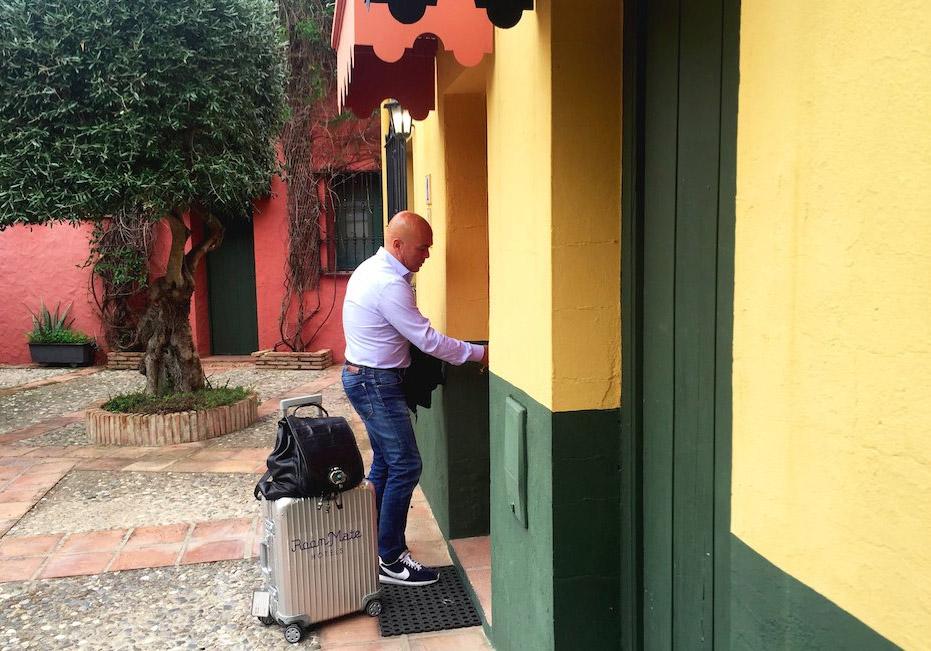 Sarasola y sus inseparables maletas. Foto: @SarasolaKike
