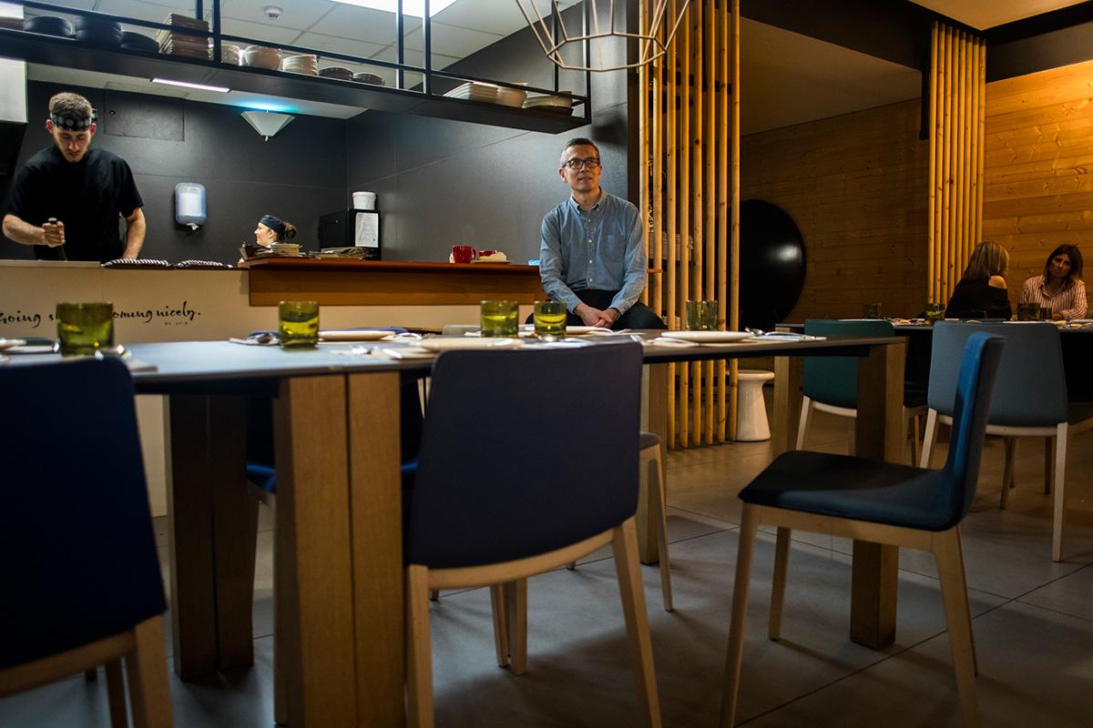 El chef al fondo con todo su mobiliario al frente.