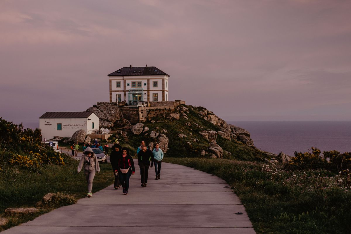 Un grupo de peregrinos junto al Faro de Finisterre (Costa da Morte, A Coruña).
