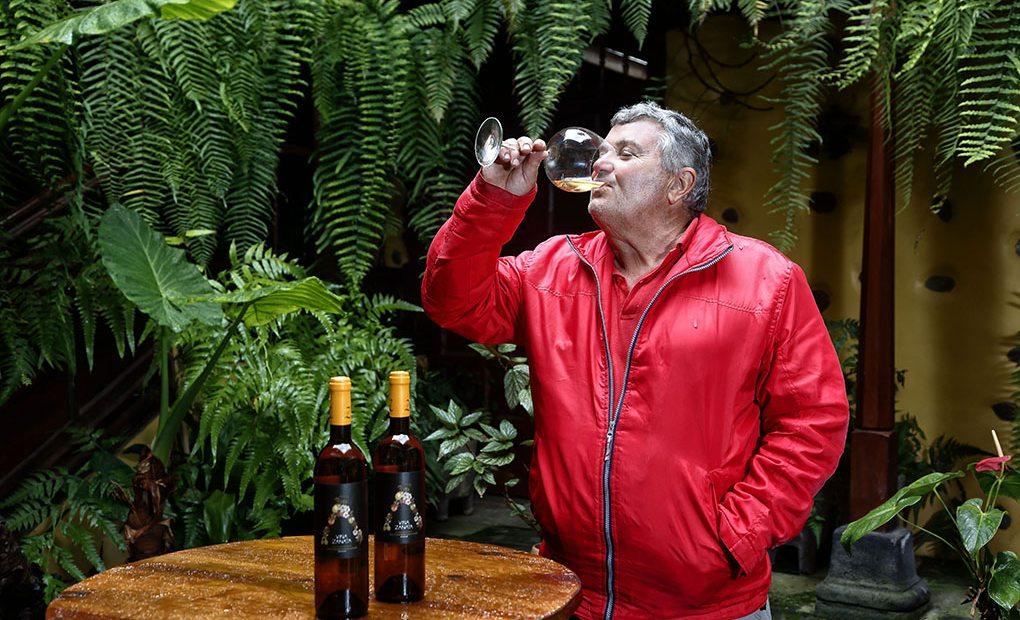 Carlos Pérez disfruta compartiendo sus vinos con las visitas