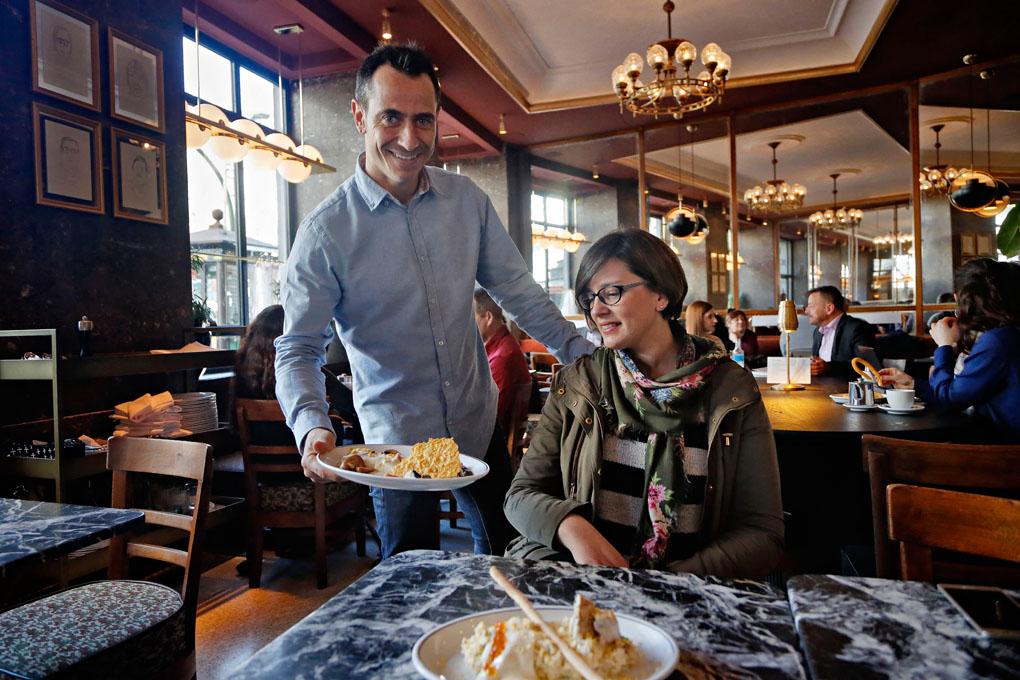 El chef Pepe Roch, sirviendo a una de las mesas.