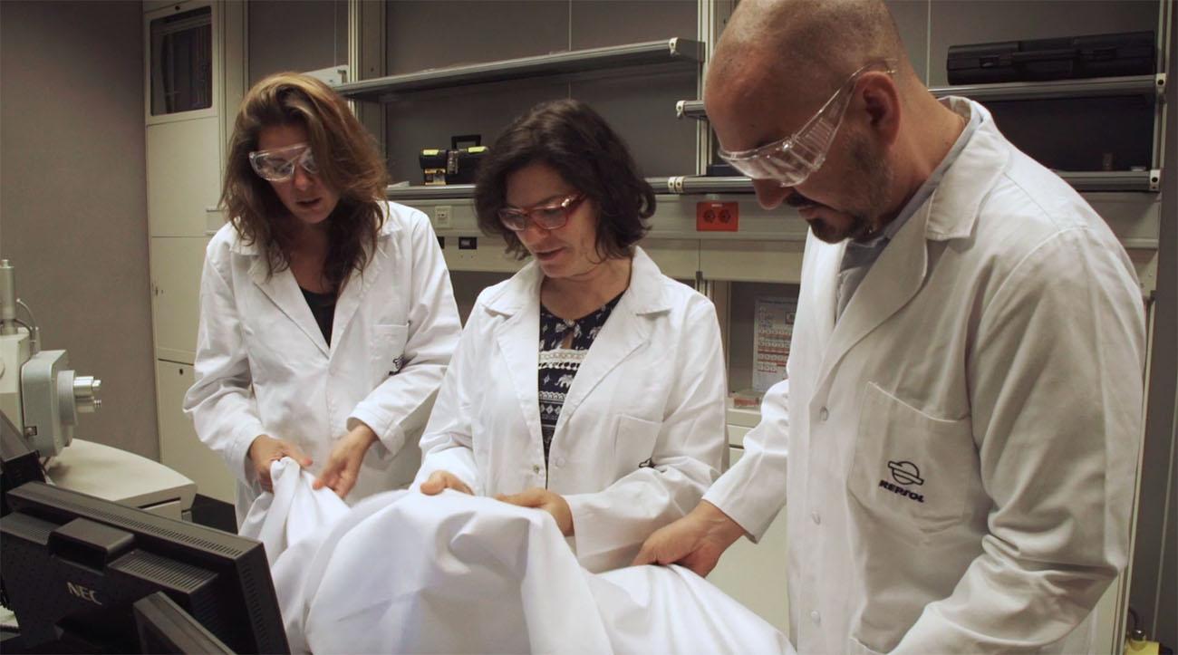 Los tejidos utilizados son de algodón reciclado y desechos de plástico, elaborados en el Centro de Tecnología de Repsol.