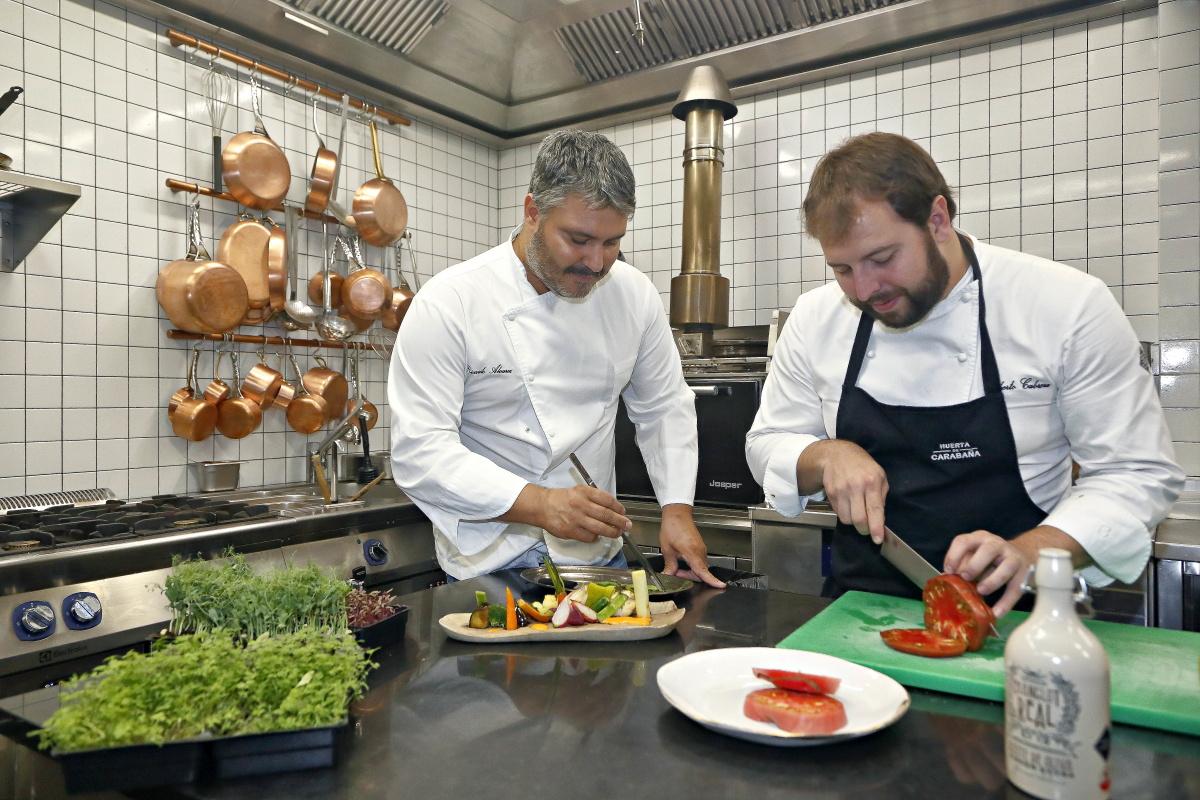 Roberto Cabrera y Ricardo Álvarez trabajando en la cocina.