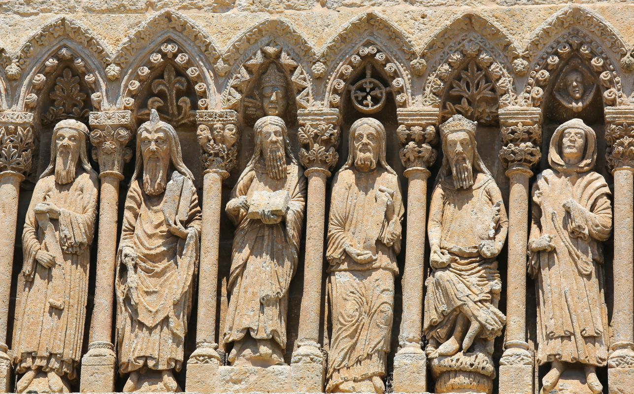 Estatuas góticas de la catedral de Ciudad Rodrigo, del siglo XII. Foto: Shutterstock.