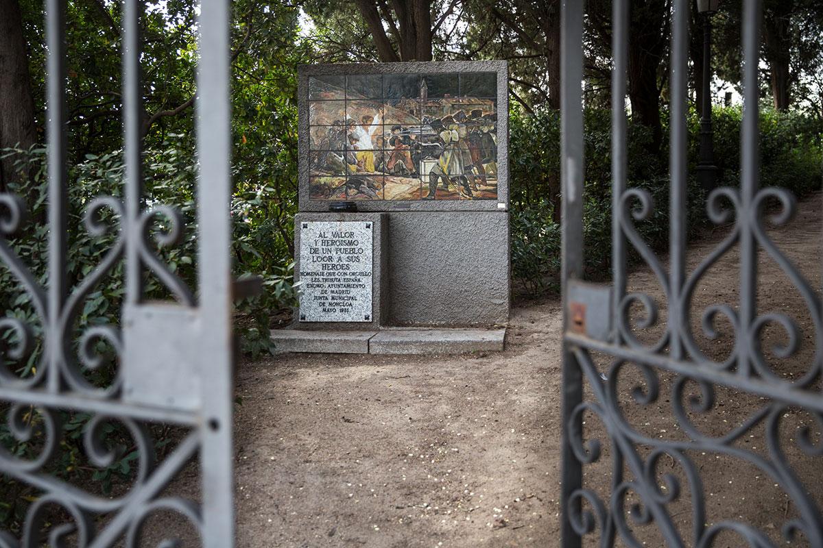 La verja de entrada al cementerio de La Florida, en Madrid.