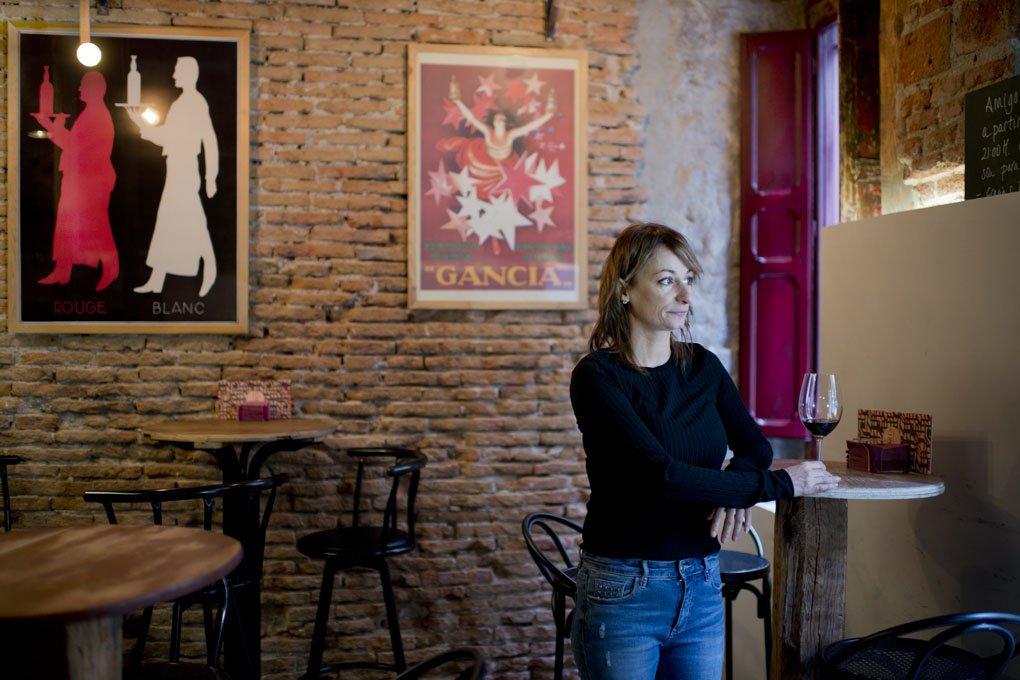 Delia Baeza, de la Fisna, tomando un vinito.