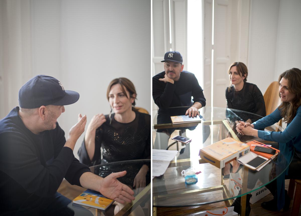 Aprovechando el día de la prueba, Duyos, Rodrigo y Ritter ultiman el desarrollo del desfile en el estudio del diseñador.