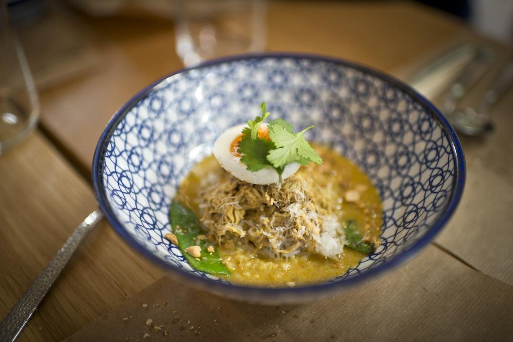 El ya famoso curry aji de gallina, con huevo, parmesano, chalotas y leche de coco.