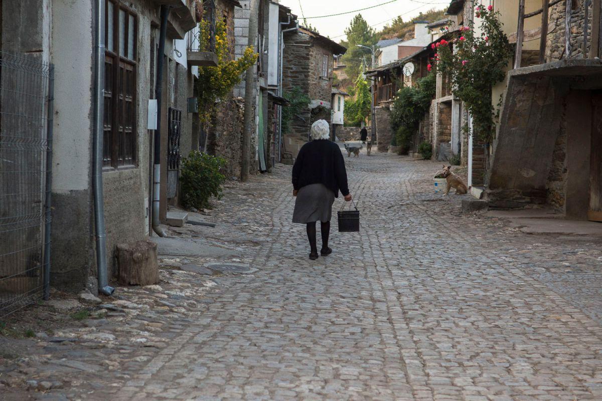 Una paisana paseando por las calles de Rio de Onor, parte portuguesa. Foto: Manuel Ruiz Toribio