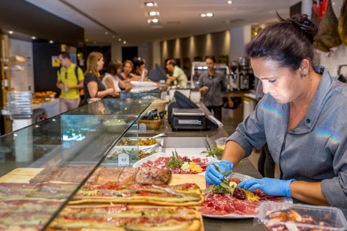 Pastelería y obrador Tugues (Lleida): mostrador de venta