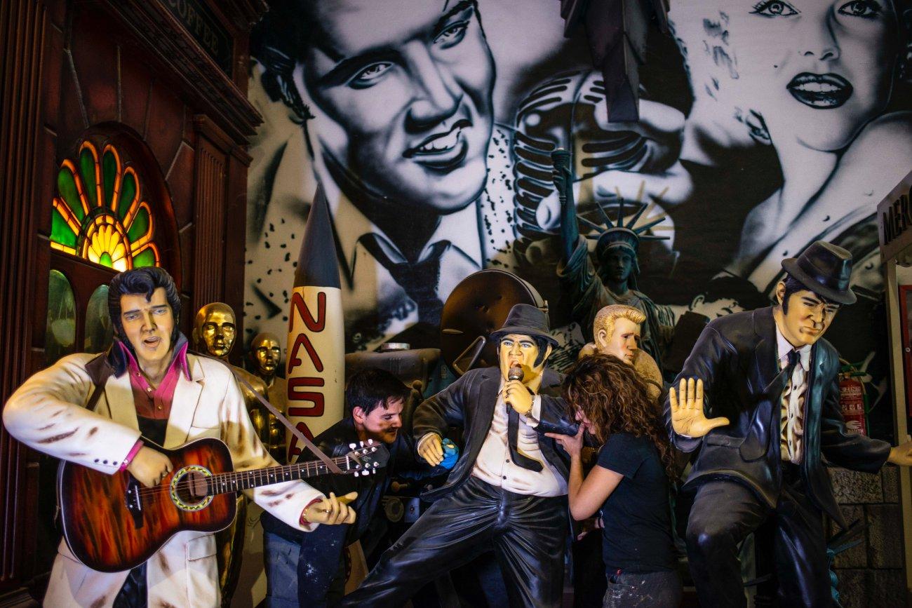 Taller de Piñero. Decoración de bares y restaurantes temáticos (Elvis y Blues Brothers con gente).