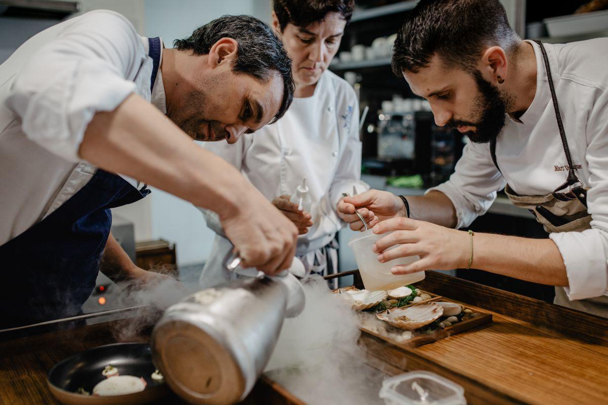 El chef Javier Olleros junto con parte de su equipo, en el restaurante 'Culler de Pau' (O Grove, Pontevedra) emplatando.