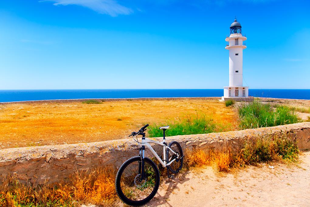 Formentera hay que vivirla sobre dos ruedas. Foto: Shutterstock.