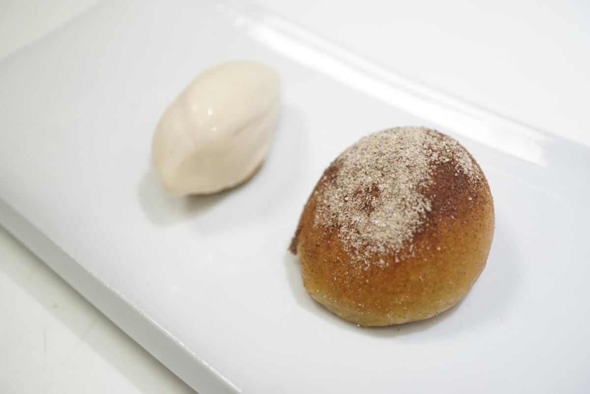 Bocadillo de garbanzos y helado de 'foie'. Foto: David López.