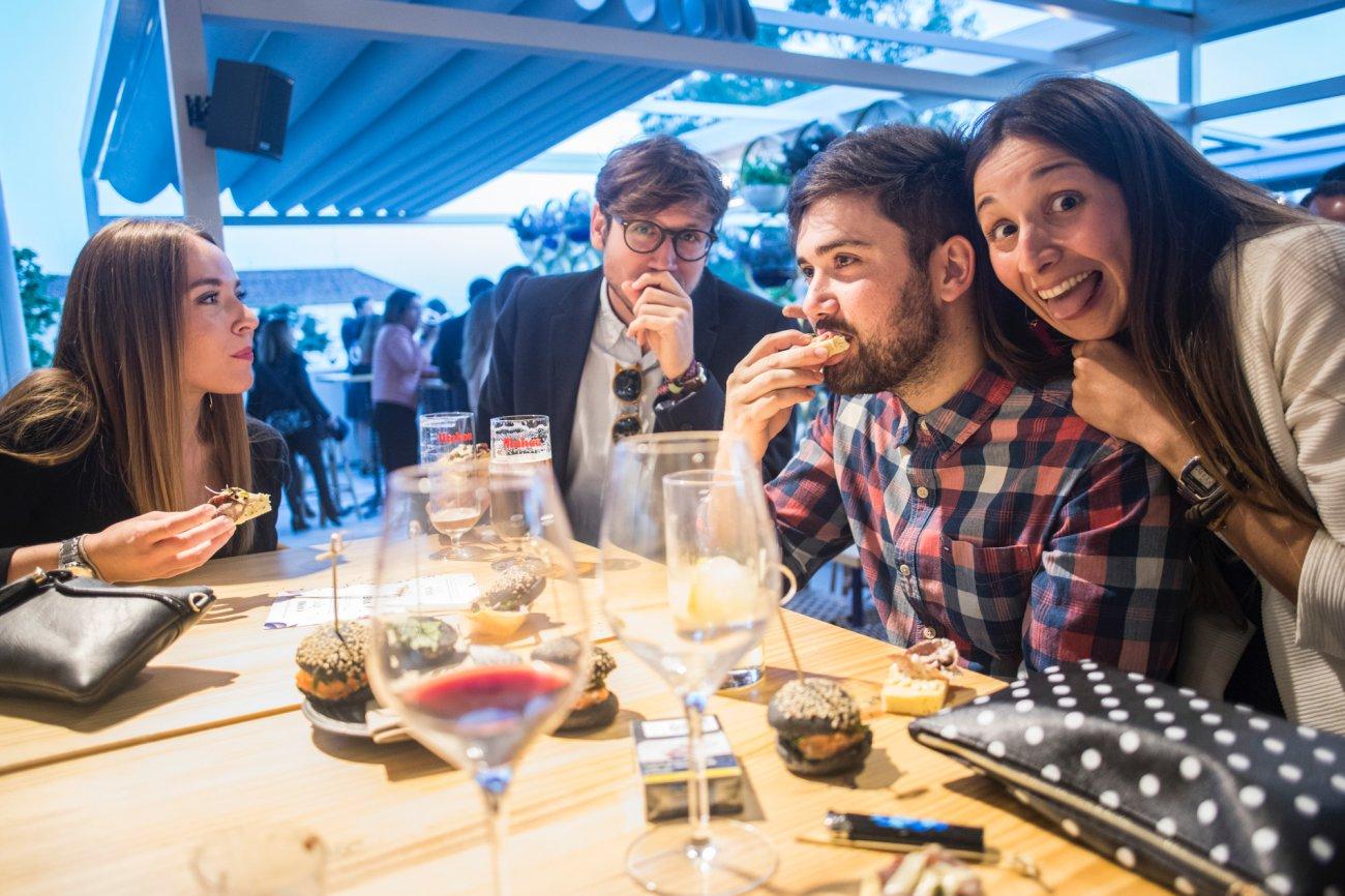 Azotea 'Àtic Alameda': clientes comiendo