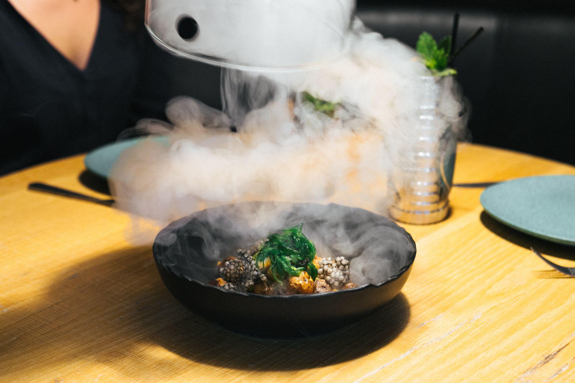 El pulpo salteado con papas canarias, mojo hervido y algas 'wakame', uno de sus platos fusión. Foto: Sidecar.