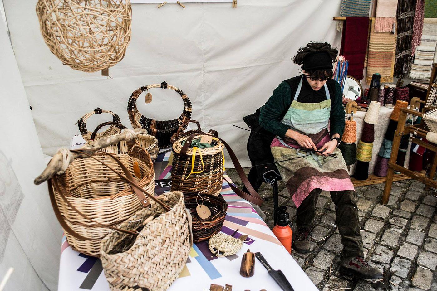 Cesteando: Jana tejiendo una de sus piezas de mimbre