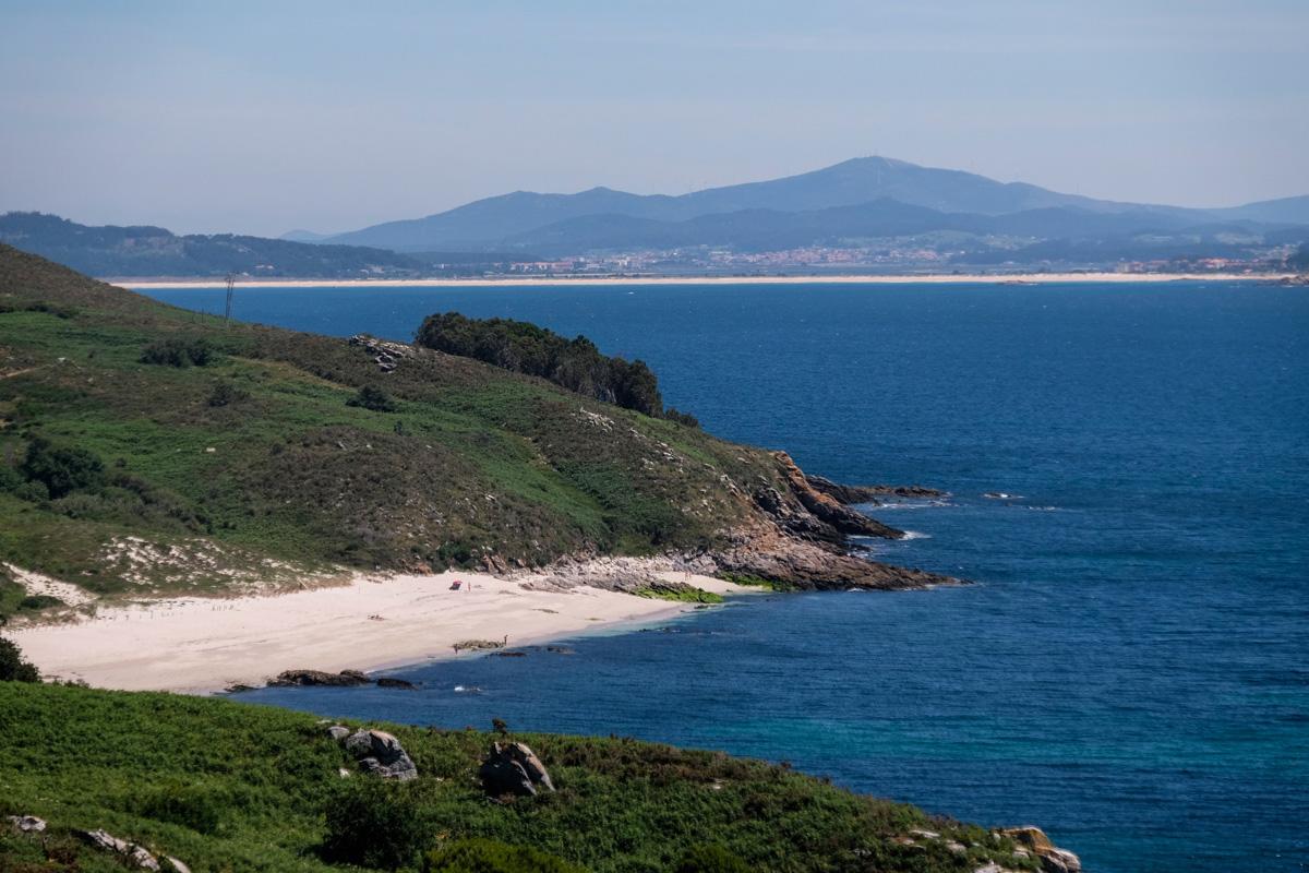 La única playa nudista, la de Melide, es grande y tiene espacio incluso para los que no quieren desnudarse.