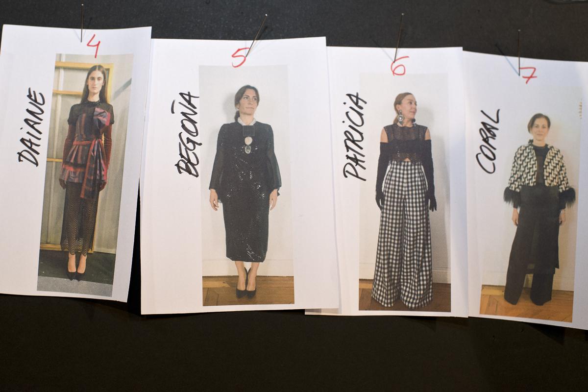 Secuencia del orden por el que desfilarán las modelos con sus vestidos en el backstage de la Fashion Week.