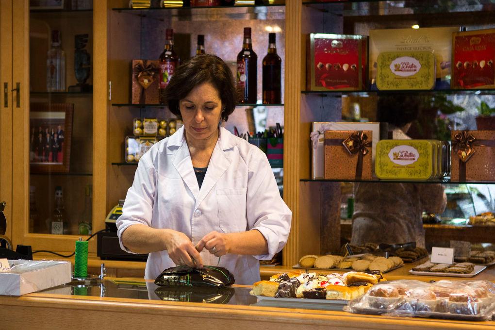 Después del trabajo en el obrador, Ana María Alguacil atiende la pastelería. Foto: Manuel Ruiz Toribio.
