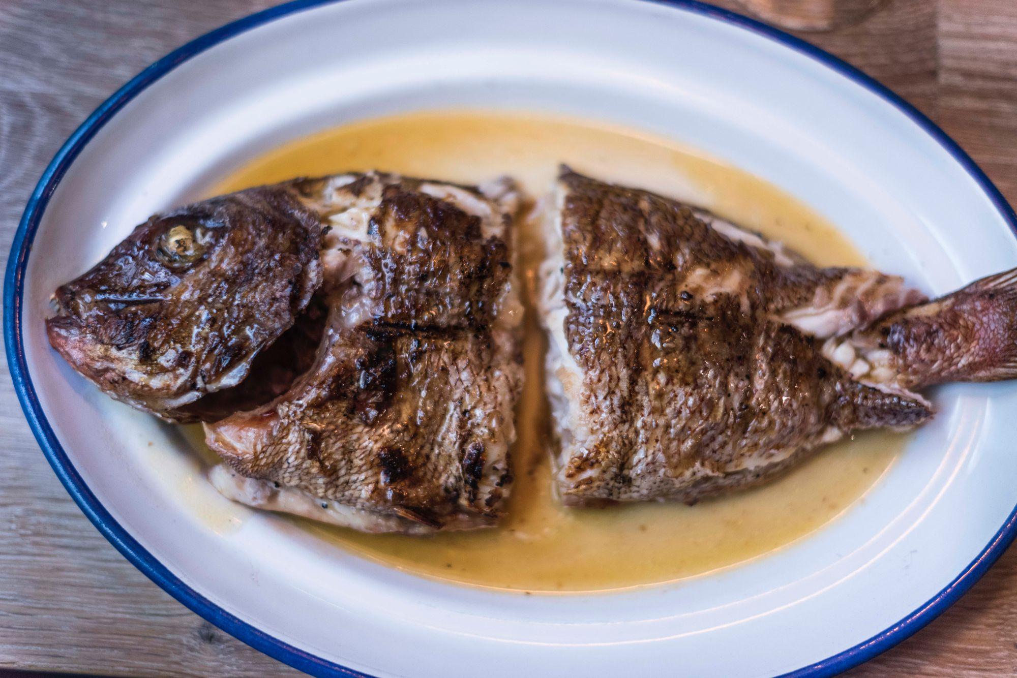 Si eres de los que disfrutas del pescado, terminarás este pargo de Conil sumido en un éxtasis.