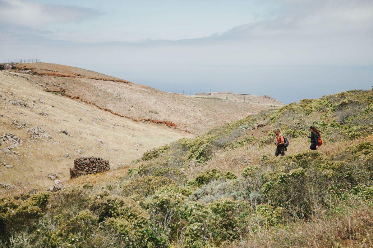 Una pareja camina junto a un horno de tejas en el parque rural de Teno, Tenerife.