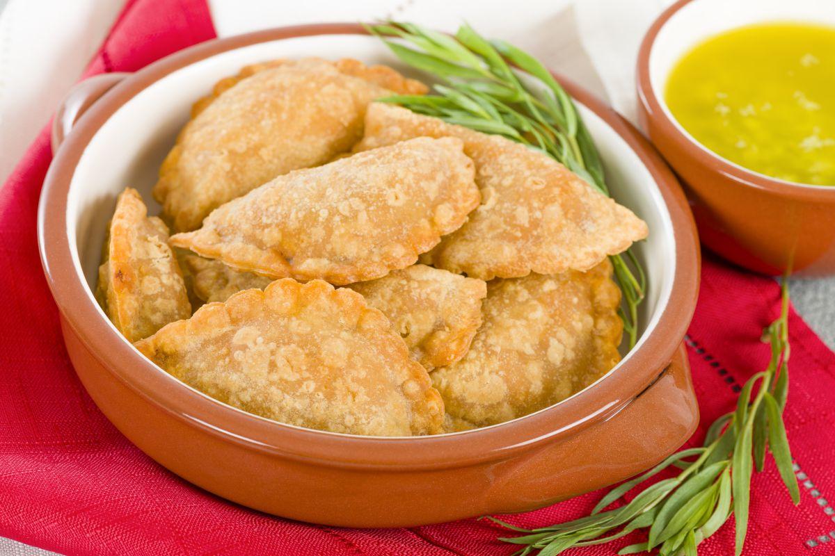 Pastelillos de queso, hierbas y aceitunas hechos como empanadillas. Foto: Shutterstock