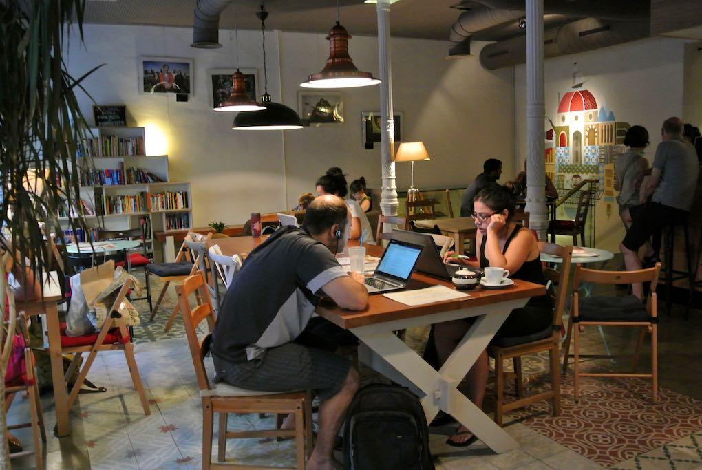 Ambiente de este café-librería de viajes (con préstamo incluido). Foto Camino Martínez.