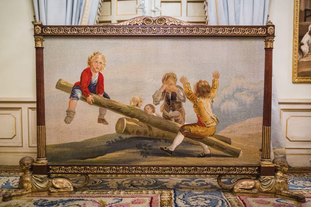 'Niños jugando en un balancín', uno de los tapices del Salón de Goya.