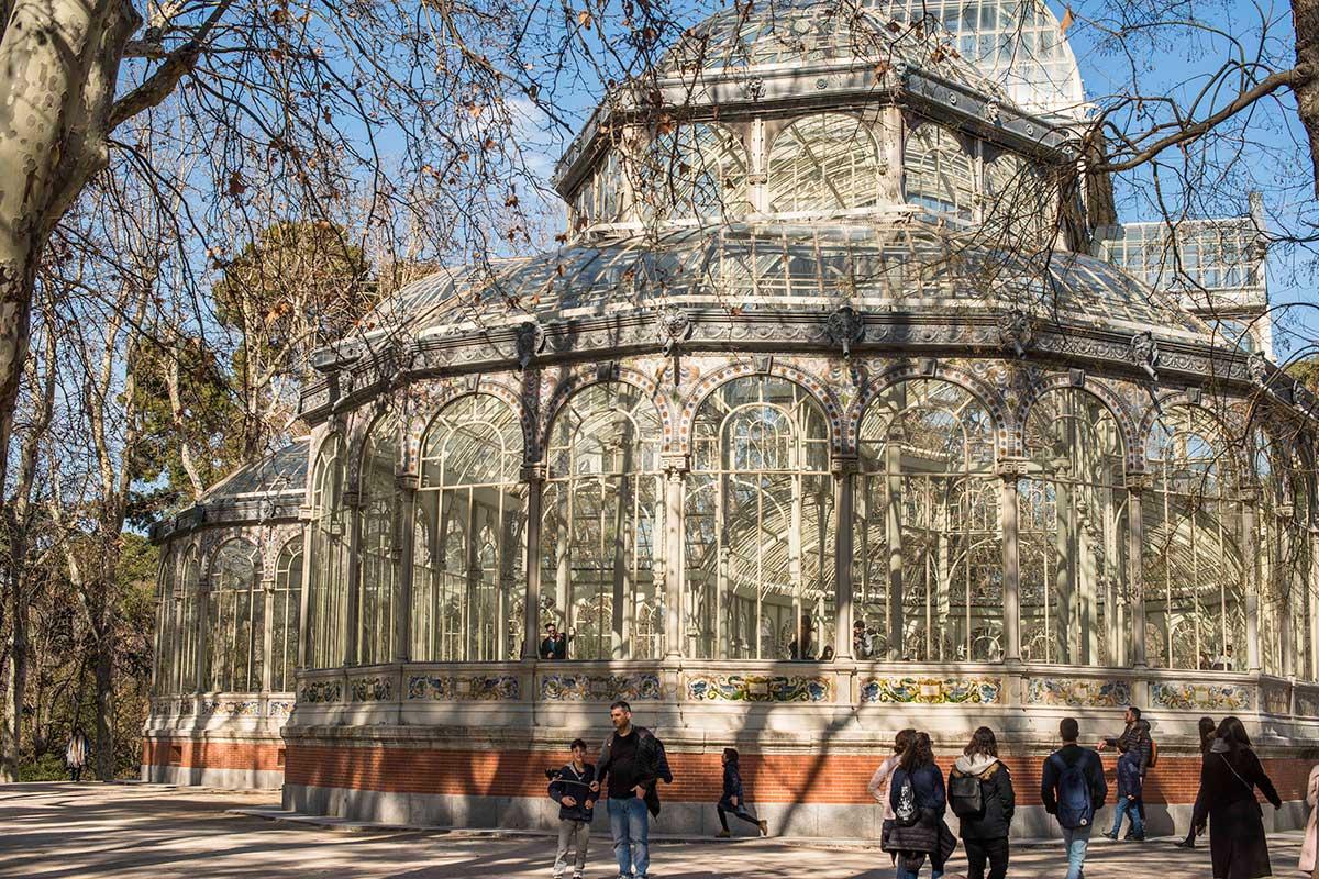 Detrás del Palacio de Cristal se ubica La Cabaña, lugar de encuentro de los 'Amigos del Retiro'.