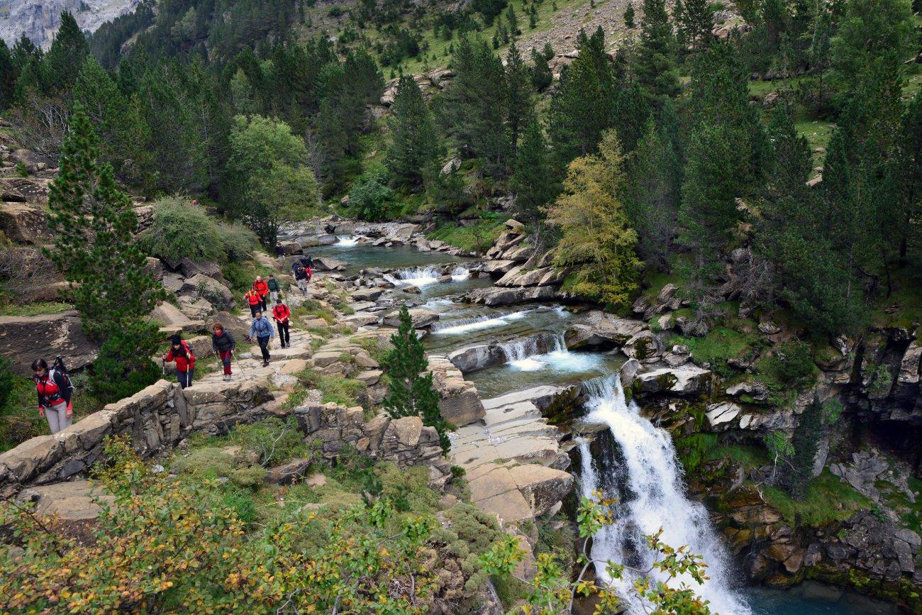 Parque Nacional de Ordesa: excursionistas por las cascadas