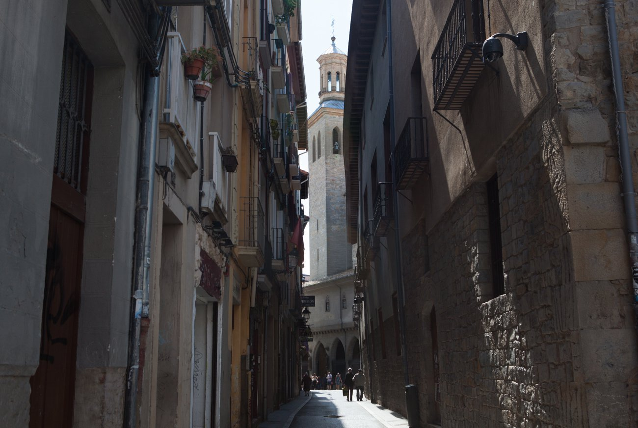 Pamplona - Calle Jarauta con la iglesia de San Saturnino al fondo