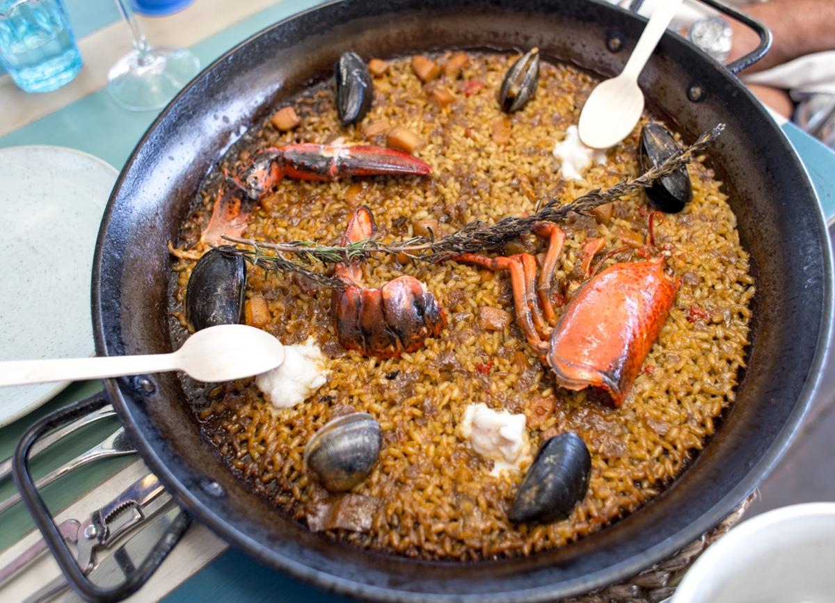 El arroz se degusta con unas características cucharillas de madera, para evitar que el metal distorsione el sabor del arroz.