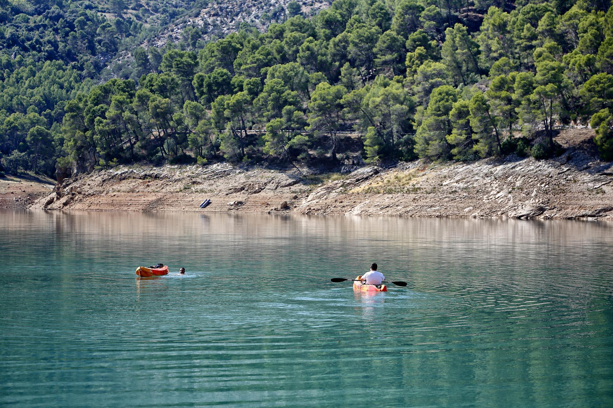 Aunque el baño no está permitido dentro del pantano, sí es posible alquilar kayaks y piraguas.